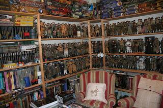 Ordenando la habitación de los muñecos